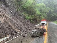Dolores causa derrumbe en carretera federal a la altura de Tonila