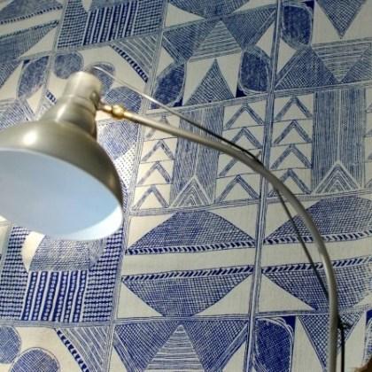 Flexo, lámpara de pie estilo industrial con tulipa tipo campana.