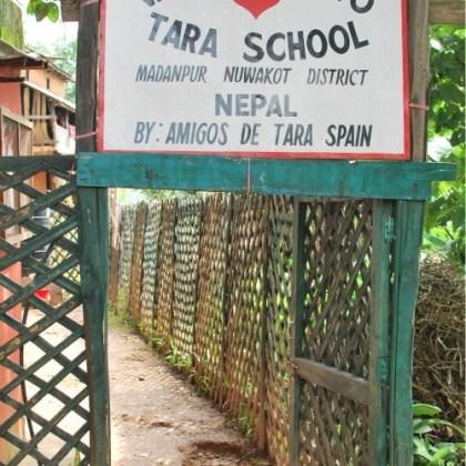 Puerta del cole, Amigos de Tara en Nepal