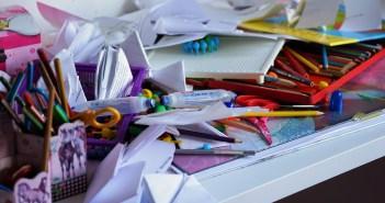 Unordnung Chaos Bürotisch Kinder aufräumen streng sein