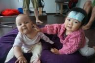 Eva und ihre süße Spielkameradin