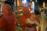 Verkäuferinnen spielen mit Eva im Central Market