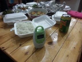 Abendessen im Gemeinschaftsbereich des Hostels mit Babyphone