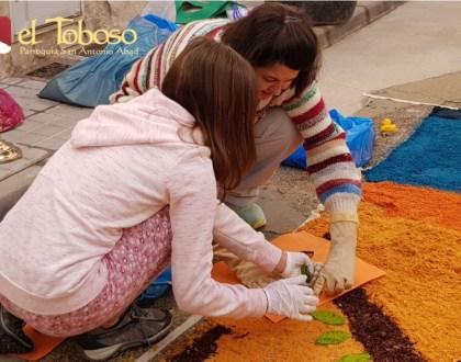 Fieles de la Parroquia de El Toboso se echan a la calle para engalanar majestuosamente el paso de la Custodia en la festividad del Corpus Christi