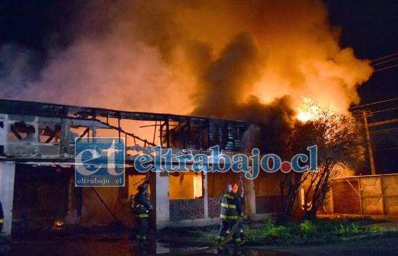 PUDO SER INTENCIONAL.- Las llamas dieron cuenta en pocos minutos de esta bodega ubicada en Santiago Bueras 774.