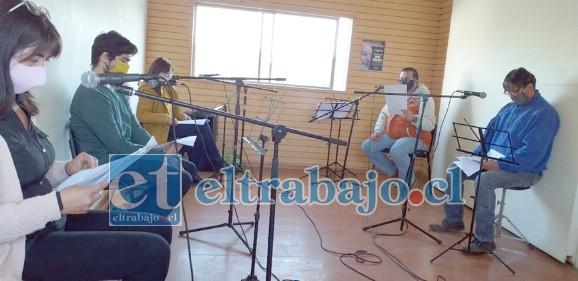 Los integrantes del taller de Radio Teatro durante las grabaciones del espacio.
