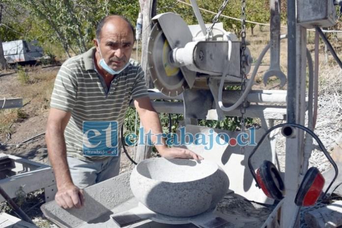 Esta maquinaria la fabricó don Freddy con sus propias manos, con ella logra convertir las piedras del Río Putaendo en bellísimas obras para uso humano.