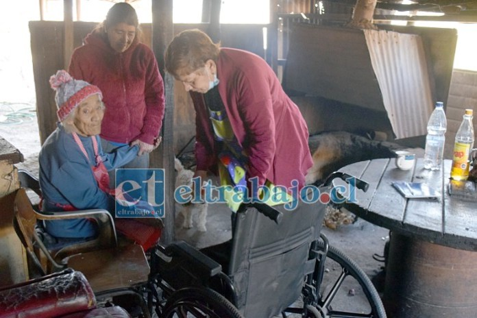 Esta abuelita de 88 años de edad, Natividad Rojas Covarrubias, vive en una media agua de latas en el cerro La Virgen, camino al Vertedero La Hormiga.