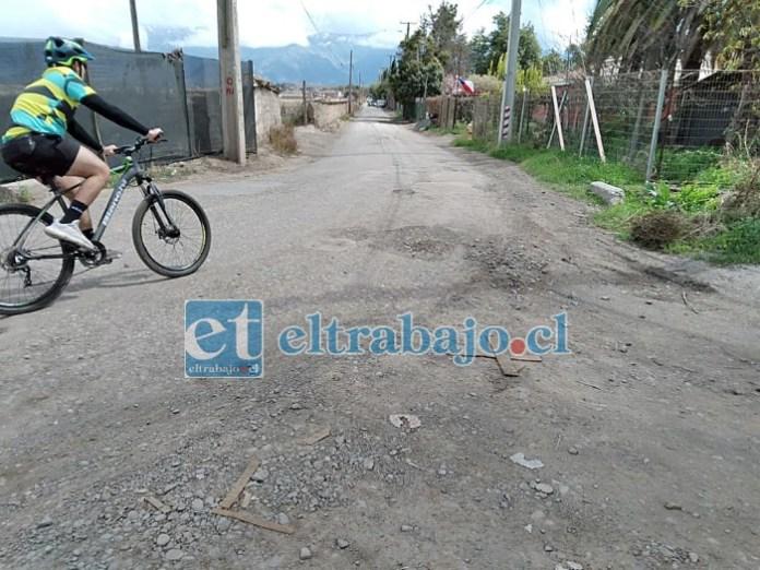 Hasta los ciclistas son afectados por los numerosos baches que hay en calle El Convento.