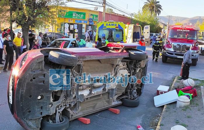 VIVA DE MILAGRO.- Un espectacular vuelco dio este vehículo Mazda con su conductora adentro, luego de ocurrir una colisión con un colectivo en la esquina San Martín con Avenida Yungay, quedando la mujer atrapada en su interior.