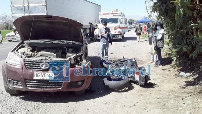 La moto y la camioneta participantes en el accidente, así quedaron tras la violenta colisión.