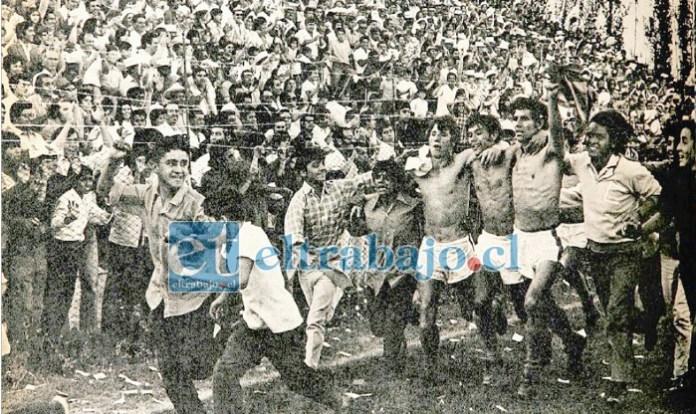 INMORTALES.- Fueron momentos de locura, los jugadores y sus hinchas celebraron a más no poder en nuestro Estadio Municipal. (Foto Don Datos)
