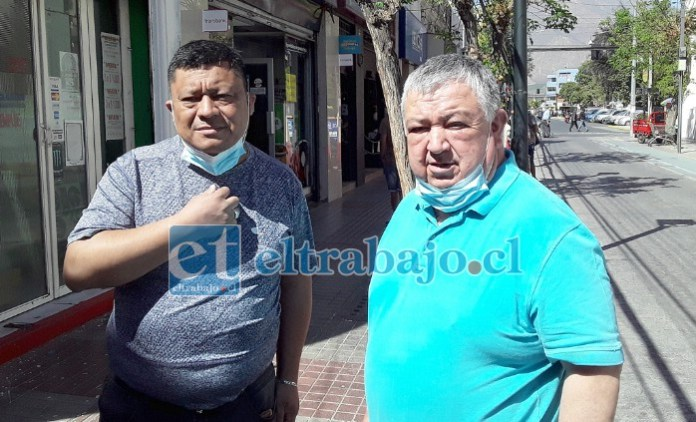 De izquierda de derecha Francisco Valenzuela, local de venta de zapatillas, y Eduardo Muñoz, de 'Congelados Muñoz'. Todos de calle Coimas entre Prat y Santo Domingo.