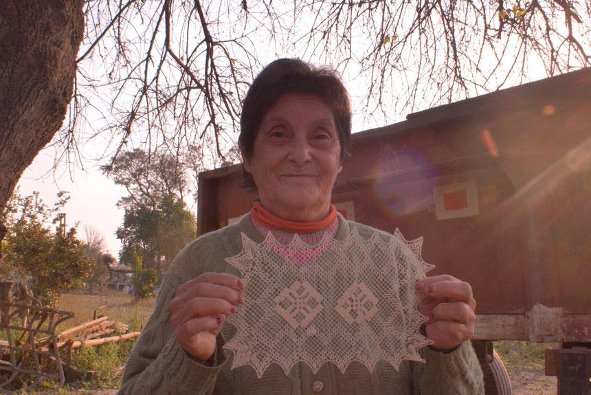 Mujer parada al aire libre sosteniendo un textil