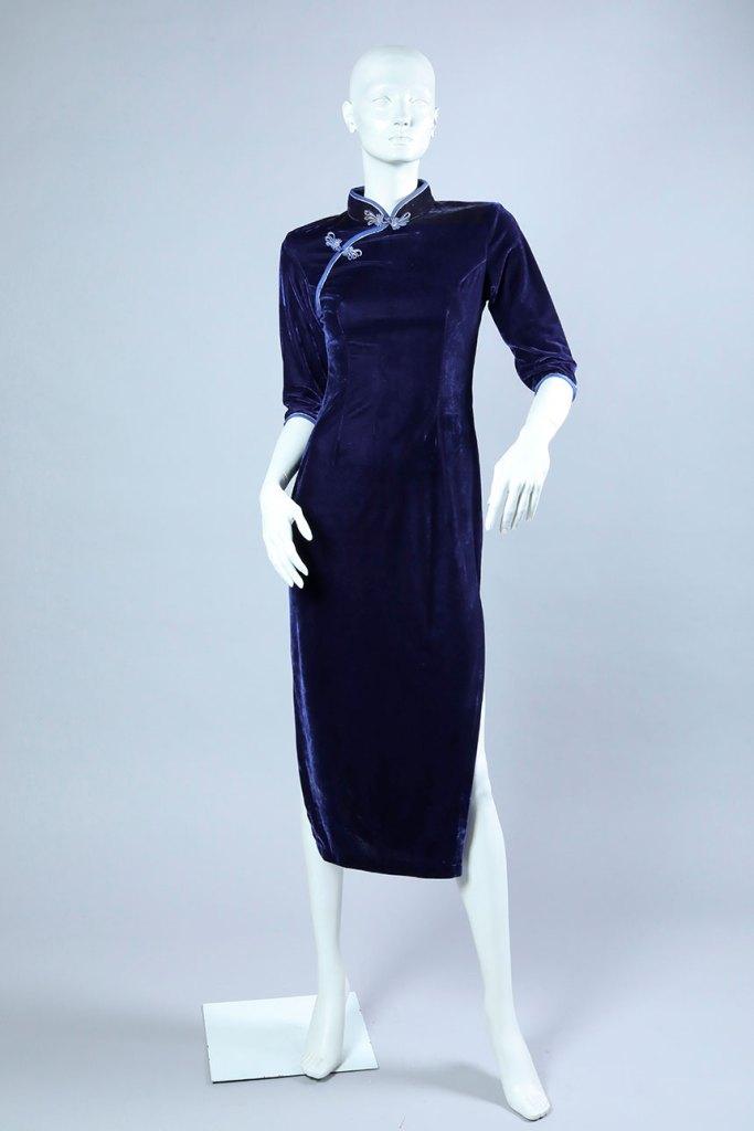 vestido recto con tajo lateral en la pierna de terciopelo azul, tejido plano.