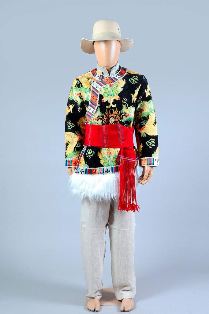 Casaca decorada pasando la cintura, cinturón y pantalón.