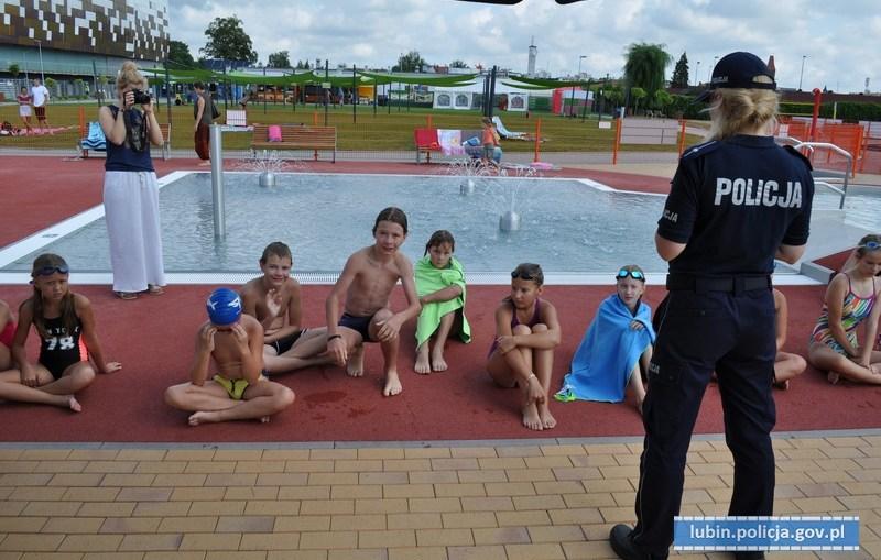 Policjantki odwiedziły dzieci na basenie miejskim