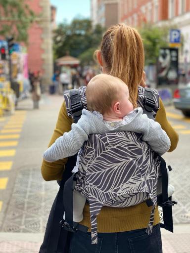 mochila portabebes ergonomica en espalda