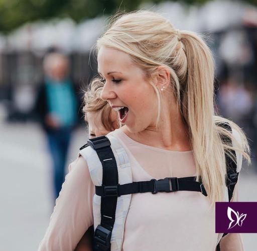 mochila portabebes Fidella durante el porteo en embarazo