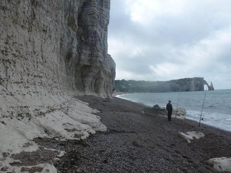 Pescando bajo los acantilados de Etretat