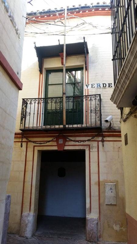 con calle Archeros. Detalle de cadenas en el balcón dónde pernoctó Carlos V, según la leyenda...