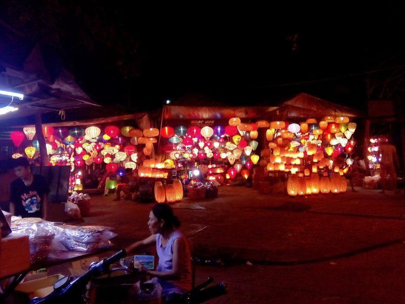 Taller de farolillos por la noche en Hoian