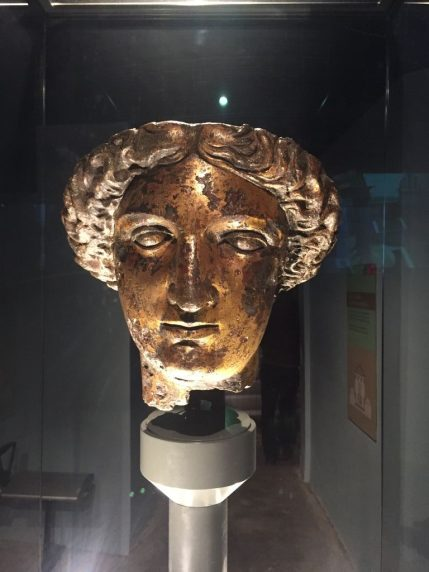 Cabeza de bronce de la diosa Minerva