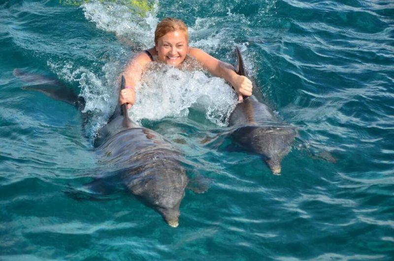 Jaqui entre delfines