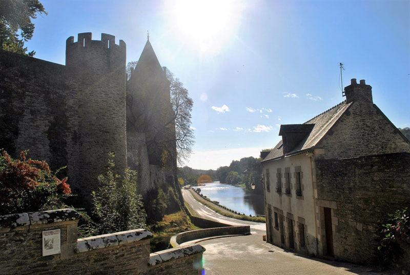 Al lado del castillo de Josselin en Bretaña