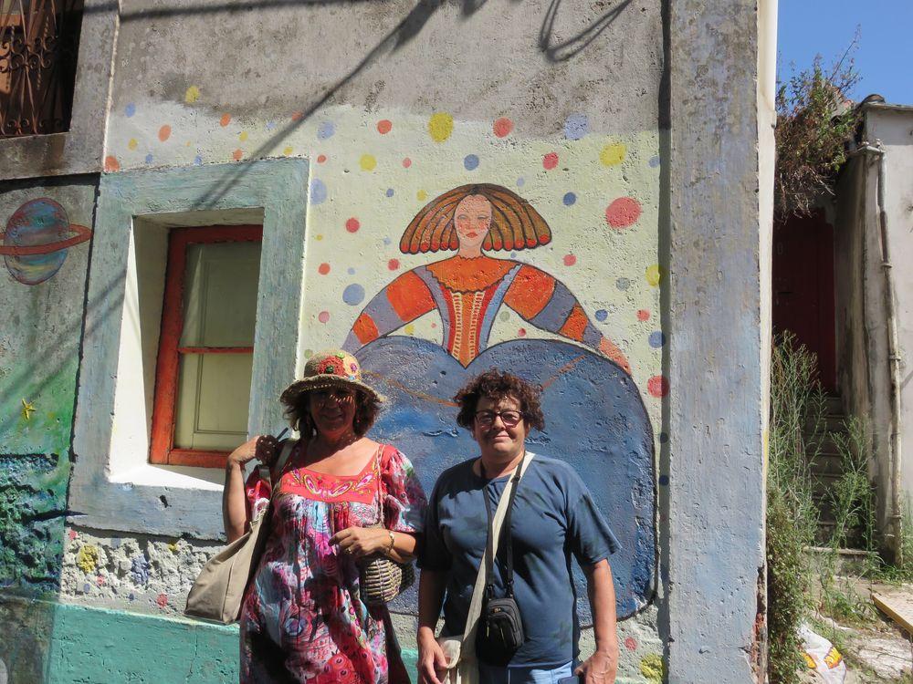 Lourdes ante su obra con Carmen del Rio