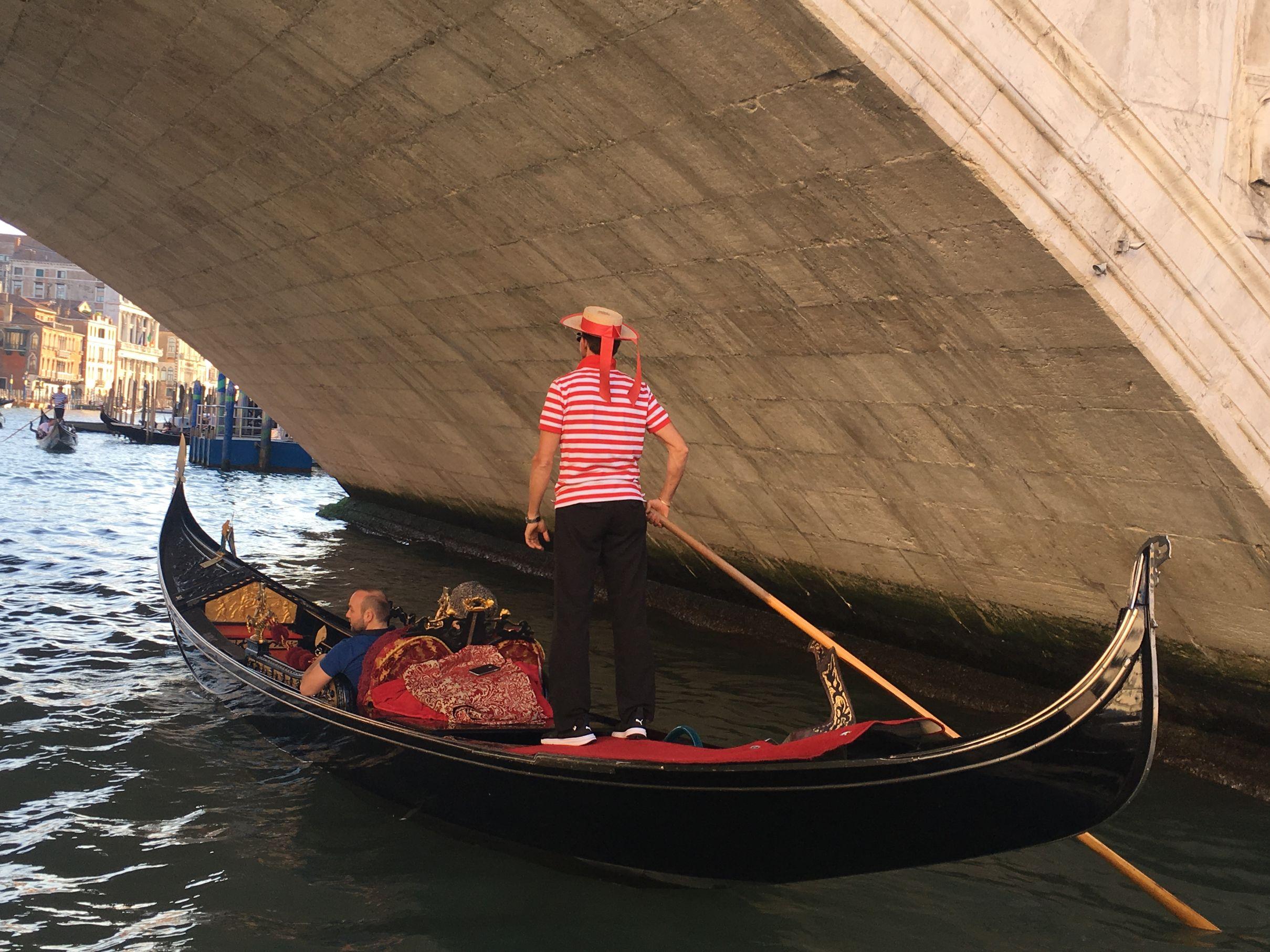 gondola bajo el puente opt