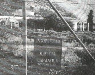 Cerca metálica de la estación hidrofónica ya abandonada en 1980. Se aprecia un cartel que dice Propiedad de la Marina Española