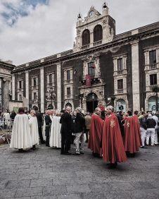 I cavalieri di Malta in attesa a Piazza Stesicoro; foto di Francesco Foti