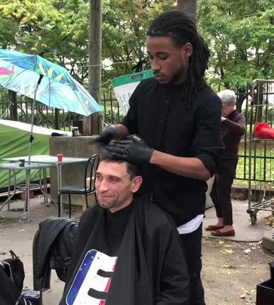 Nicolas Bravo coupe les cheveux des SDF gratuitement