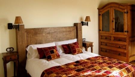 Descanso y estilo en este dormitorio con cama de matrimonio
