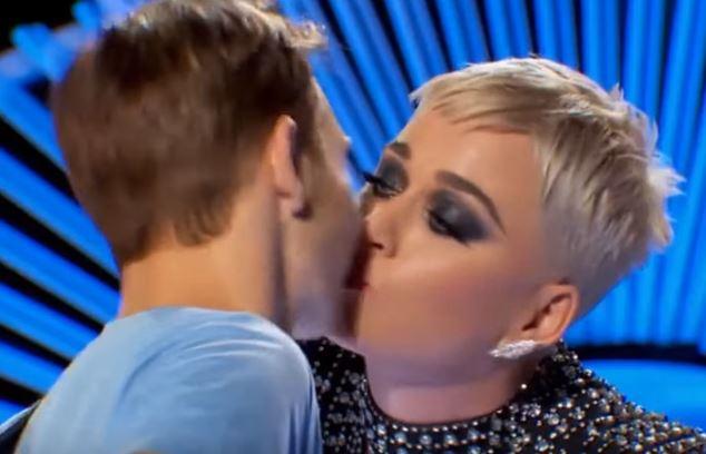 Katy Perry roba un beso a un concursante y a éste no le gustó el gesto