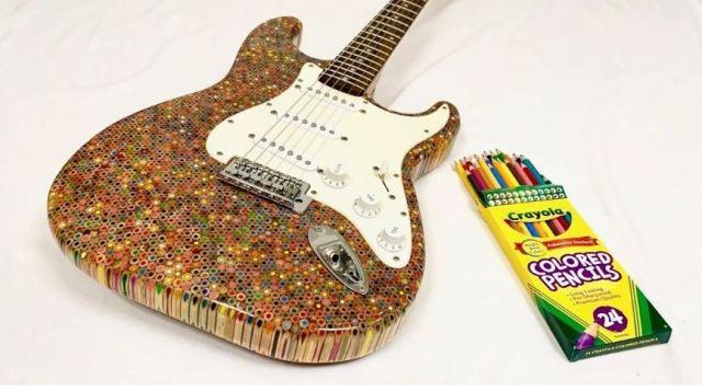 Flymaster diseña una guitarra eléctrica con 1.2000 lápices de colores