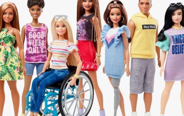Nueva muñeca Barbie en silla de ruedas y con prótesis de pierna