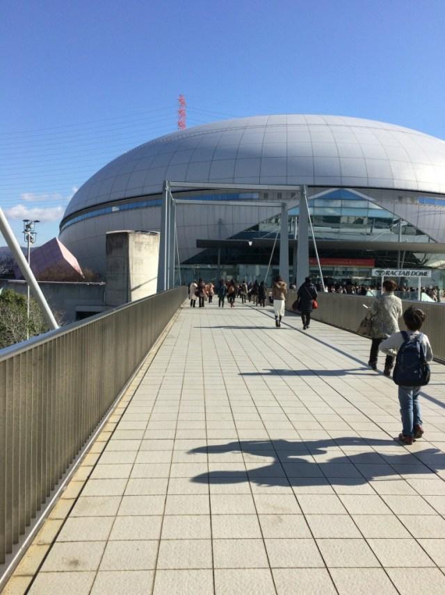 東和薬品ラクタブドーム(旧 なみはやドーム)へ、地下鉄の駅から向かうところ