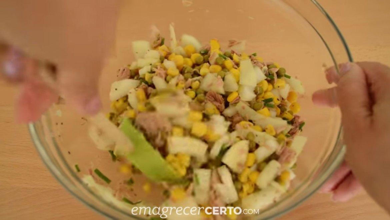 Torta integral de atum - misturando os ingredientes do recheio - blog Emagrecer Certo