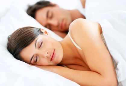 dormir com luz acesa engorda