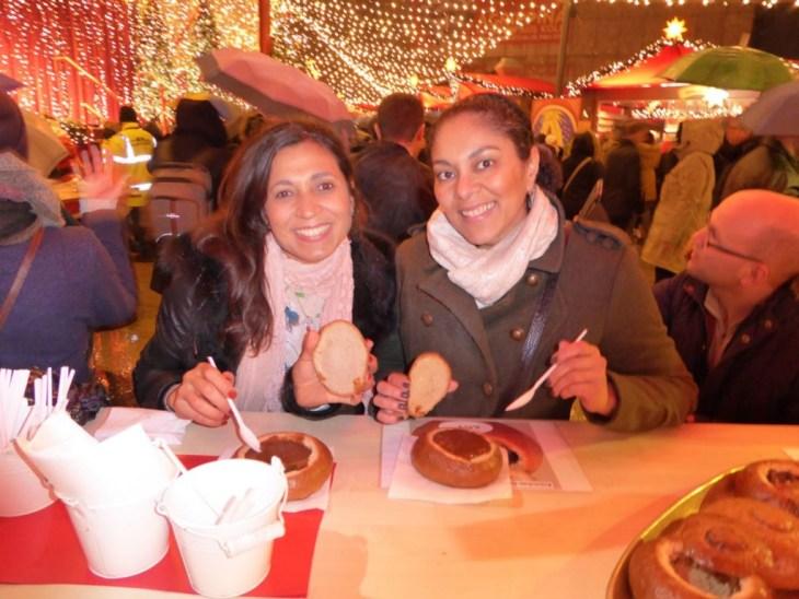 Eu e a Ana @corracomigo comendo o goulash servido no pão - goulash é um prato típico