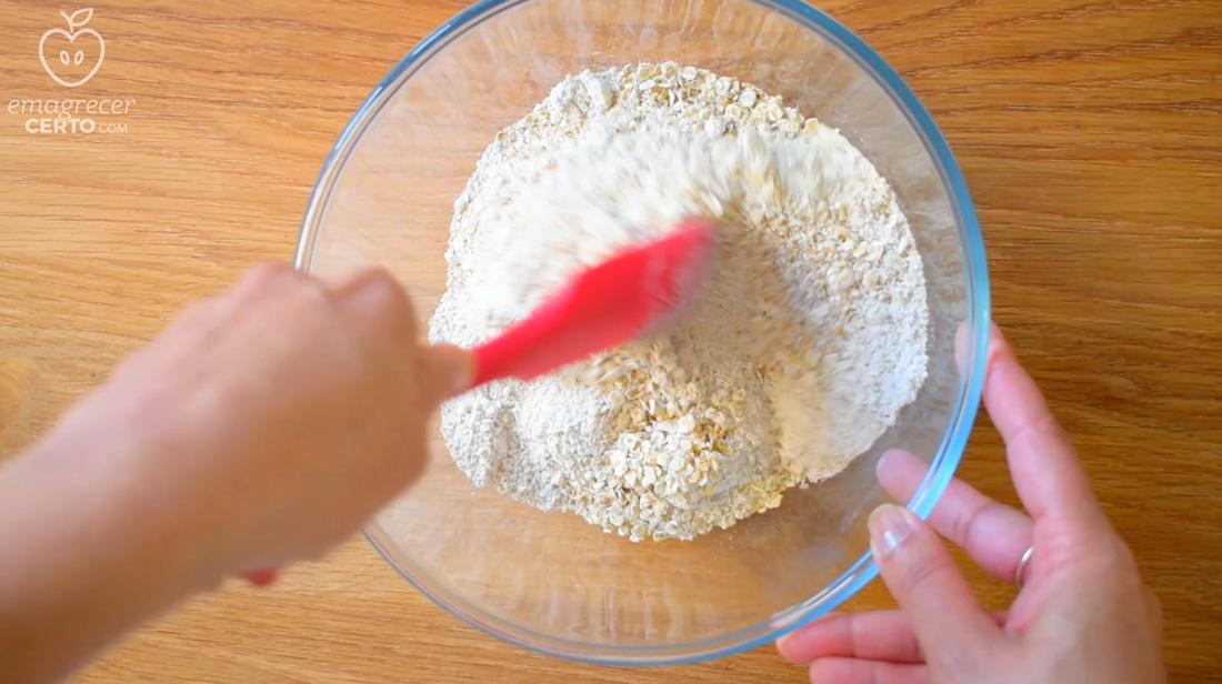Pão de aveia saudável do blog Emagrecer Certo - misturando os ingredientes secos