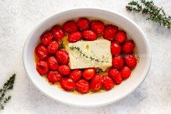 Queijo feta assado com tomatinhos