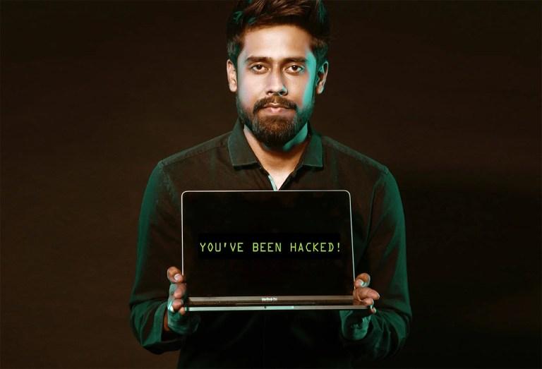 """Person mit Laptop """"Sie wurden gehackt!"""""""