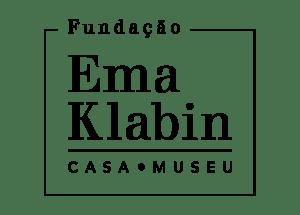 """Logo da Fundação Ema Klabin versão Preto e branco: Acima está escrito """"Fundação"""", no centro os dizeres """"Ema Klabin"""" em tamanho maior, abaixo como sub-título """"Casa-Museu"""""""
