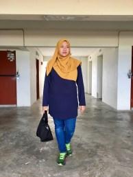 Blogger Trex dengan pilihan warnanya Blue Black, gaya seorang ibu yang tengah sarat mengandung.