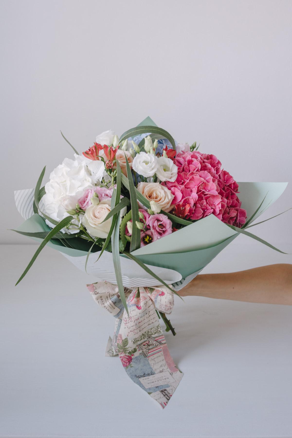 Buchet De Flori Cu Eucalipt În Ambalaj Bicolor