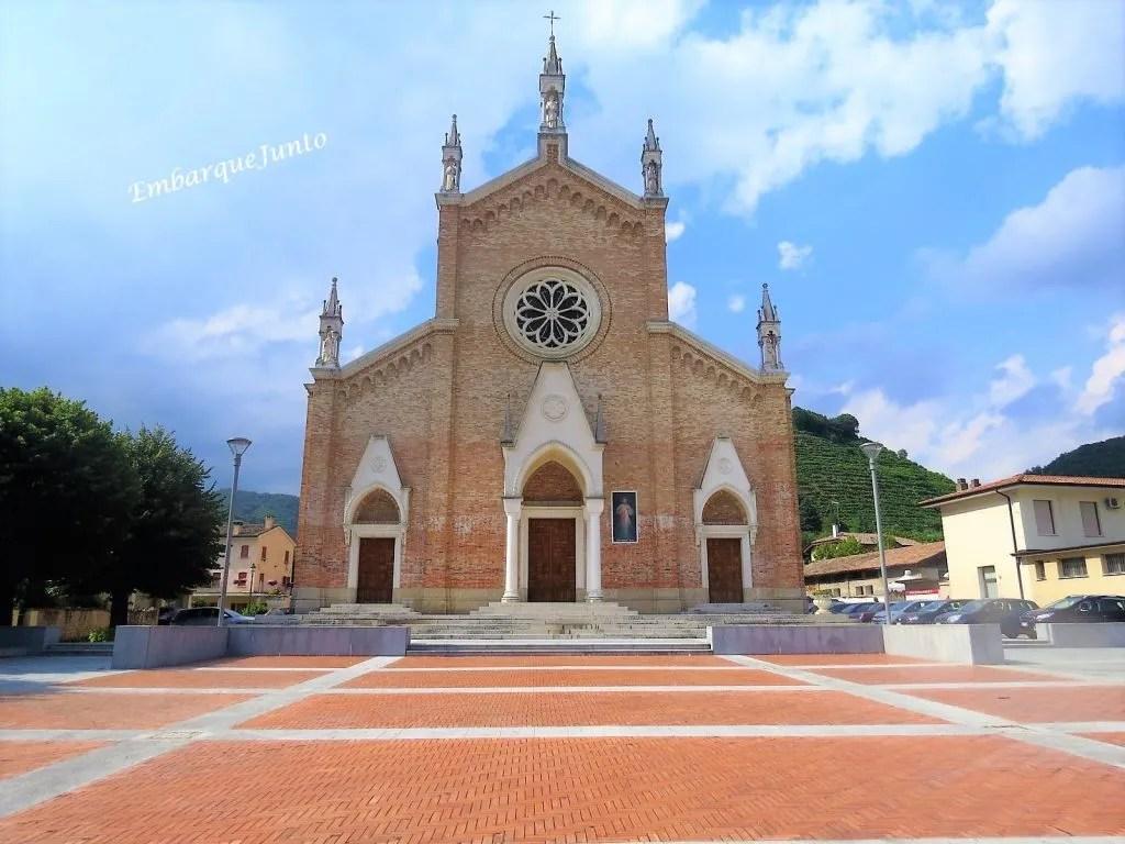 Igreja Arquiduque de Santo Estevão Promártire, Farra di Soligo. Igreja com uma nave central e duas laterais. A fachada ocidental, em tijolinhos, possui três portas e uma rosácea na nave central.