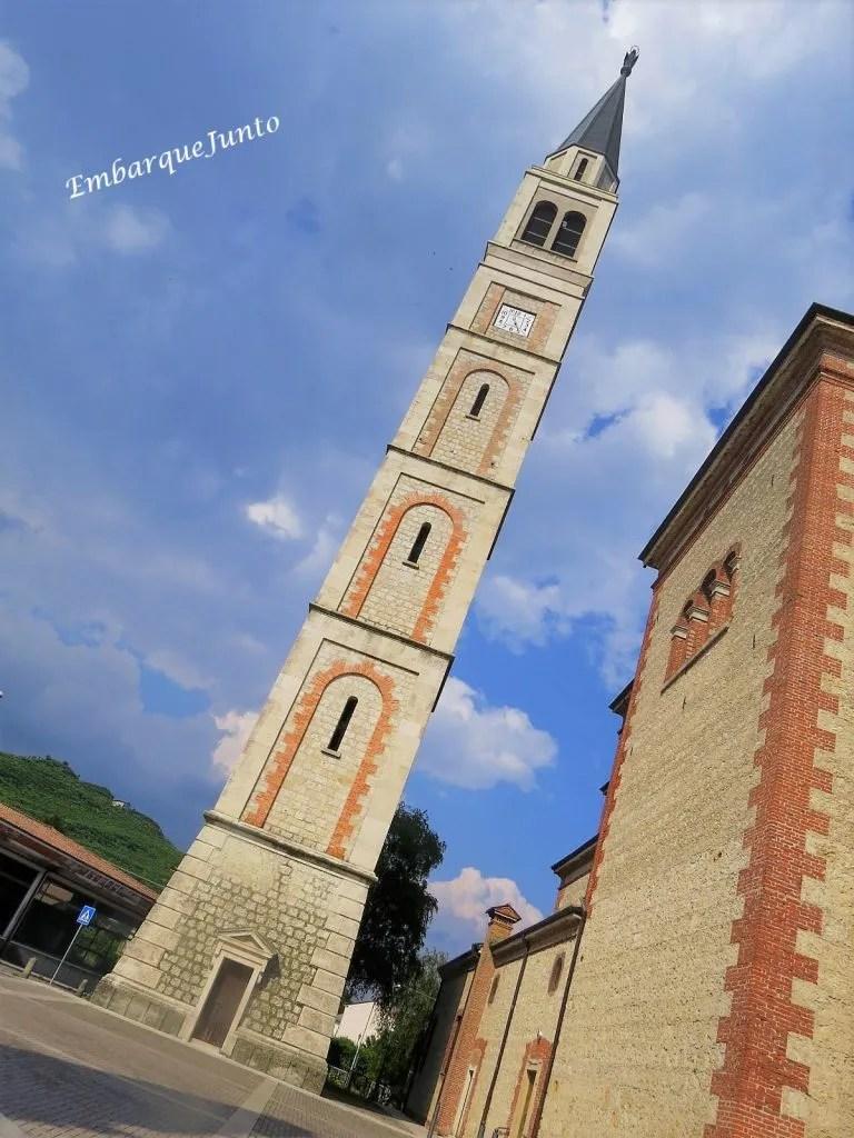 Torre sineira da Igreja Col San Martino, com 87 metros de altura está localizada próxima a fachada lateral da igreja. Possui uma porta e três janelas frontais alinhadas verticalmente.